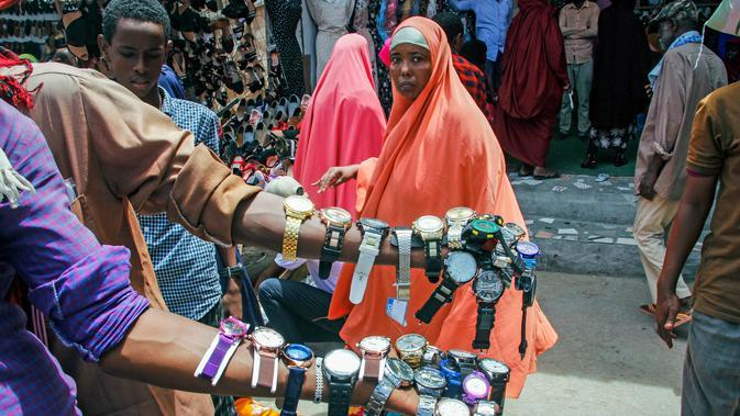 Pedagang jalanan memajang jam tangan untuk dijual ketika keluarga berbelanja untuk liburan Muslim Idul Fitri, yang menandai akhir bulan puasa Ramadhan, di Mogadishu, Somalia, (19/5/2020). (AP Photo/Farah Abdi Warsameh)