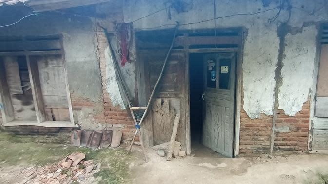 Kondisi rumah Nenek Rusmi yang nyaris roboh. Rumahnya berada di Kampung Teras Tayib, RT 06 RW 03, Desa Kamaruton, Kecamatan Kragilan, Kabupaten Serang, Banten. (Liputan6.com/ Yandhi Deslatama)