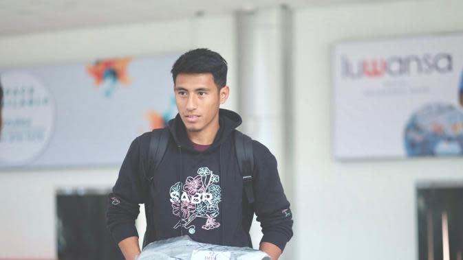 Pemain Arema, Hanif Sjahbandi menggunakan salah satu produk clothing miliknya. (Iwan Setiawan/Bola.com)
