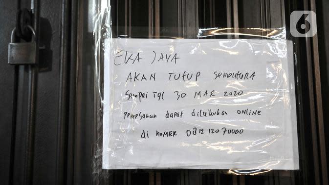 Selebaran pemberitahuan penutupan sementara di toko di Pasar Jatinegara, Jakarta, Kamis (26/3/2020). Sepinya pengunjung akibat larangan keluar rumah semenjak merebaknya pandemi Covid-19 menyebabkan sekitar 50 persen pedagang di Pasar Jatinegara tutup sementara. (merdeka.com/Iqbal S. Nugroho)