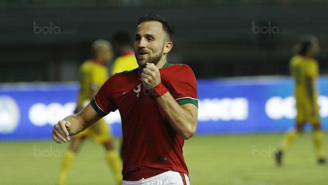 Striker Indonesia, Ilija Spasojevic, melakukan selebrasi usai mencetak gol ke gawang Guyana pada laga persahabatan di Stadion Patriot, Bekasi, Sabtu (25/11/2017). Indonesia menang 2-1 atas Guyana. (Bola.com/M Iqbal Ichsan)