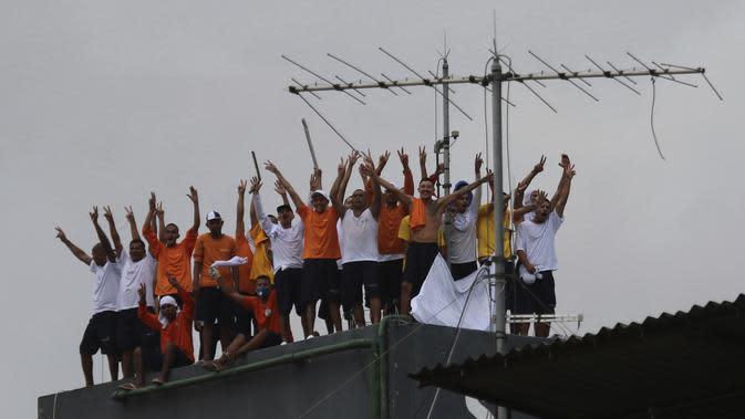 Narapidana melakukan protes dengan menaiki menara air di Penjara Puraquequara, Manaus, Brasil, Sabtu (2/5/2020). Mereka memprotes kondisi buruk dan pemberlakuan pembatasan kunjungan keluarga untuk mencegah penyebaran virus corona COVID-19. (AP Photo/Edmar Barros)