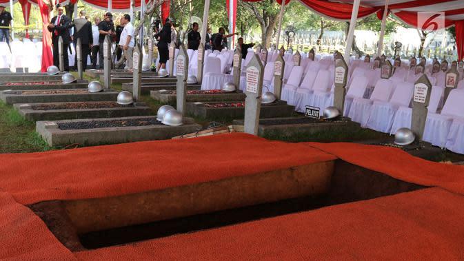 Makam Presiden ke-3 RI BJ Habibie di TMP Kalibata, Jakarta, Kamis (12/9/2019). Habibie meninggal pada usia 83 tahun akibat gagal jantung dan menua. (Liputan6.com/Herman Zakharia)