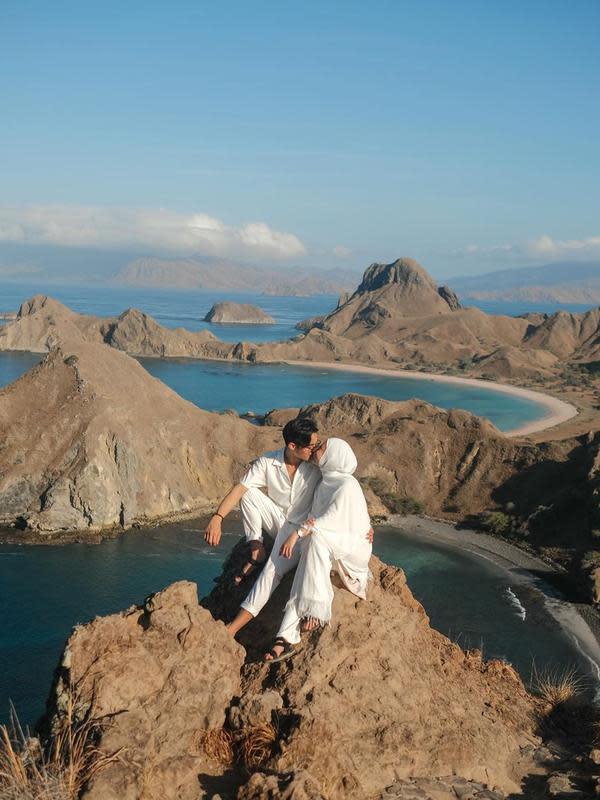 Waktu liburan yang singkat tersebut, pasangan ini sangat memanfaatkannya untuk melakukan beragam aktivitas seperti diving dan mancing. (Instagram/rey_mbayang)