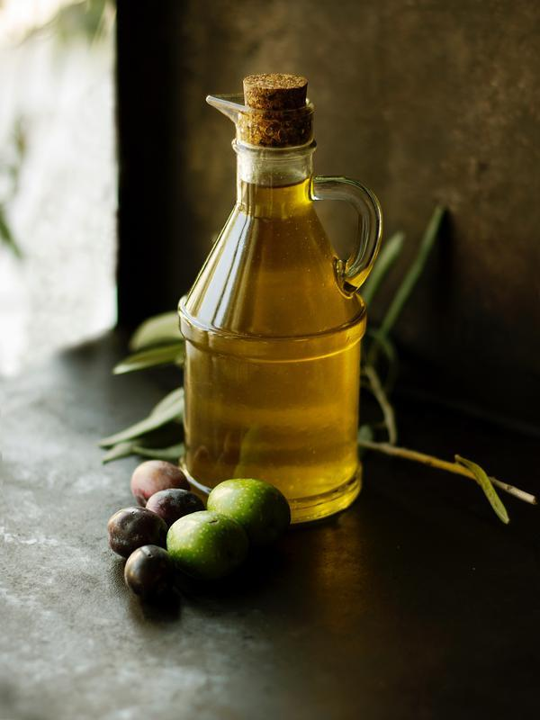 Minyak zaitun/ Photo by Roberta Sorge on Unsplash