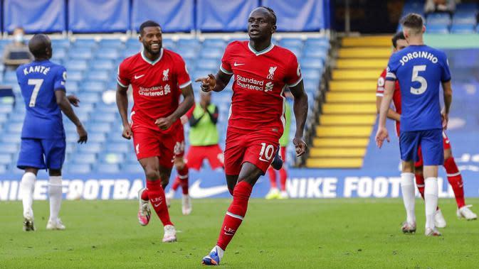 Penyerang Liverpool, Sadio Mane, melakukan selebrasi usai mencetak gol ke gawang Chelsea pada laga Liga Inggris di Stadion Stamford Bridge, Minggu (20/9/2020). Liverpool menang dengan skor 2-0. (AP/Matt Dunham, Pool)