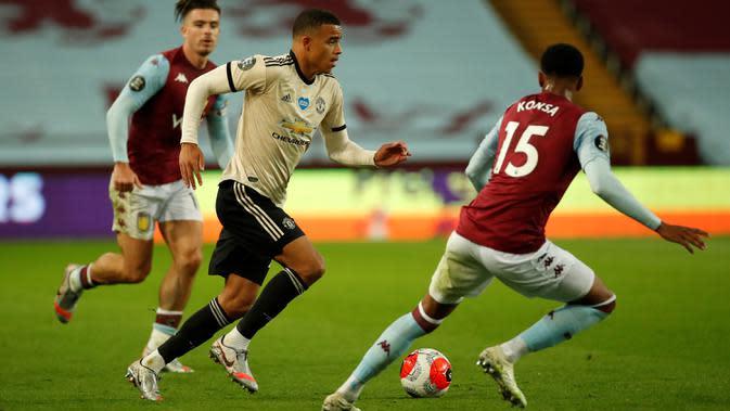 Striker Manchester United, Mason Greenwood, berebut bola dengan bek Aston Villa, Ezri Konsa, pada laga lanjutan Premier League di Villa Park, Jumat (10/7/2020) dini hari WIB. Manchester United menang 3-0 atas Aston Villa. (AFP/Andrew Boyers/pool)