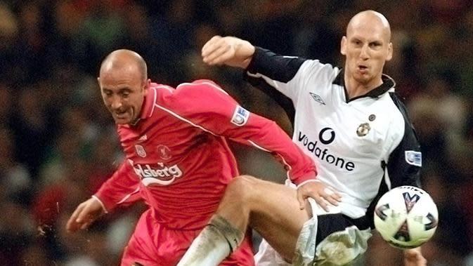 Jaap Stam (Bek Tengah) - Pemain asal Belanda ini menjadi bek andalan Manchester United selama tiga musim pada tahun 1998-2001. (AFP/Adrian Dennis)