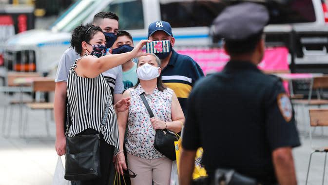 Pengunjung yang mengenakan masker berswafoto di Times Square di New York, 23 Juli 2020. Jumlah kasus COVID-19 di AS menembus angka 4 juta, tepatnya 4.005.414, pada Kamis waktu setempat, menurut lembaga Center for Systems Science and Engineering (CSSE) di Universitas Johns Hopkins. (Xinhua/Wang Ying)