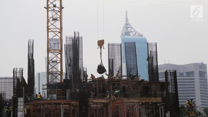 Pekerja tengah mengerjakan proyek pembangunan gedung bertingkat di Jakarta, Sabtu (15/12). Bank Indonesia (BI) memprediksi pertumbuhan ekonomi pada tahun 2019 mendatang tidak jauh berbeda dari tahun ini. (Liputan6.com/Angga Yuniar)