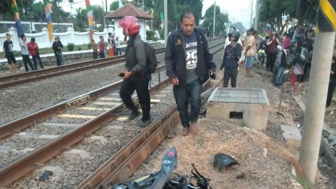 Pengendara Motor Tewas Dihantam Kereta di Perlintasan Bulak Kapal Bekasi