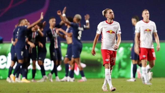 Pemain RB Leipzig, Kevin Kampl, tampak kecewa usai ditaklukkan Paris Saint-Germain (PSG) pada laga semifinal Liga Champions di Stadion The Luz, Rabu (19/8/2020). PSG menang dengan skor 3-0. (David Ramos/Pool via AP)