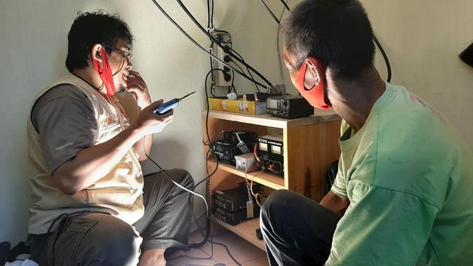 Teknisi ORARI Banyumas men-setup perangkat yang diperlukan agar siswa MTs Pakis bisa belajar jarak jauh menggunakan handy talky atau HT. (Foto: Liputan6.com/ORARI Banyumas)
