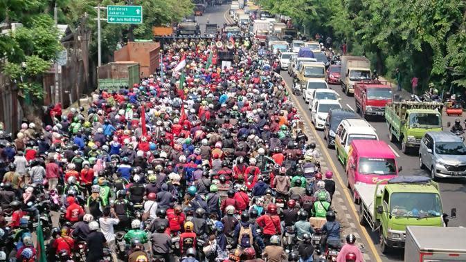 Top 3 News: Ketika Mahasiswa Desak Jokowi Cabut RUU Cipta Kerja di Tengah Guyuran Hujan