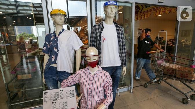 Manekin lengkap dengan baju dan APD berupa masker dan face shield menghiasi pintu masuk dan keluar di supermarket AEON Mall BSD City, Tangerang, Rabu (3/6/2020). Selama masa PSBB supermarket AEON beroperasi sejak pukul 08.00 - 20.00 WIB. (Liputan6.com/Fery Pradolo)