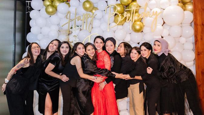 Perempuan dua orang anak itu tampil cantik saat akan dinner bersama keluarga seperti yang telah dilakukan seperti tahun-tahun sebelumnya. Sesuai dengan permintaan adiknya, Ririn mengenakan dress panjang warna merah. (Instagram/ririnekawati)