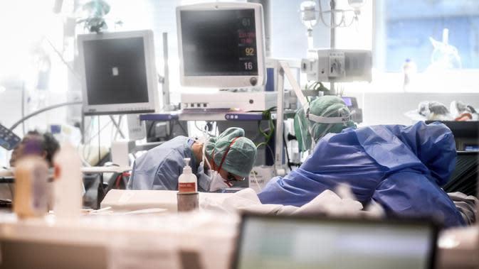 Petugas medis merawat pasien di unit perawatan intensif rumah sakit di Brescia, Italia, Kamis (19/3/2020). Jumlah kematian akibat virus corona COVID-19 di Italia telah mencapai 3.405, lebih banyak dari China. (Claudio Furlan/LaPresse via AP)