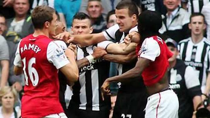 Striker Arsenal Gervinho (paling kiri) berseteru dengan gelandang Newcastle United dalam lanjutan Liga Premier di St James Park, 13 Agustus 2011. (AFP PHOTO/IAIN BUIST)