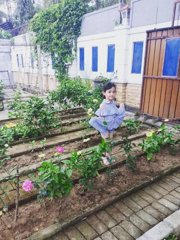 Arumi Bachsin mengunggah potret anak-anaknya di depan rumah di Trenggalek. (Instagram @arumi_arumi_94)