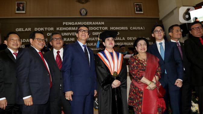 Ketua DPR Puan Maharani (kelima kiri) berpose dengan Presiden ke-5 RI Megawati Soekarnoputri usai acara penganugerahan gelar kehormatan Doktor Honoris Causa Dr. HC. Puan Maharani dari Universitas Diponeoro, Semarang, Jawa Tengah, Jumat (14/2/2020). (Liputan6.com/Johan Tallo)