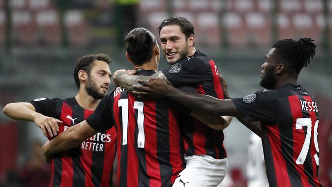 Bintang AC Milan Zlatan Ibrahimovic merayakan gol keduanya melalui tendangan penalti di pertandingan Serie A antara AC Milan dan Bologna di stadion San Siro, di Milan, Italia, Senin, September. 21, 2020. (Foto AP / Antonio Calanni)