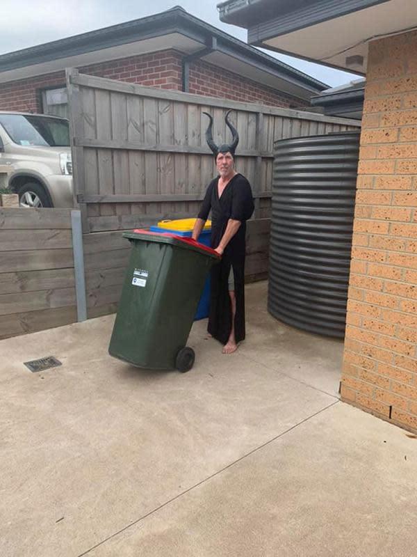 Warga Australia 'pesta kostum' saat buang sampah di masa pandemi corona COVID-19. (dok. Facebook/Rachel Fisher)