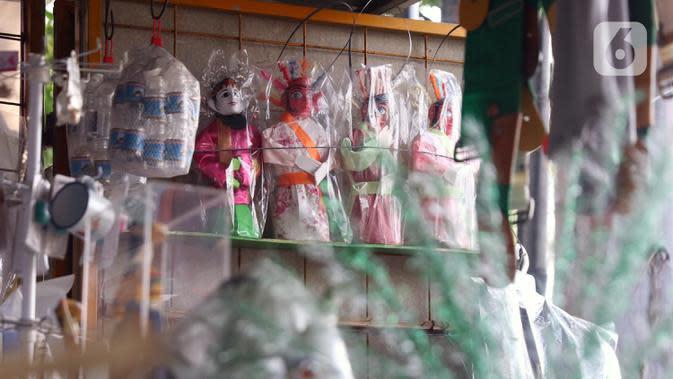 Ondel-ondel dipajang untuk dijual di Tangerang, Banten, Selasa (14/7/2020). Kementerian Koperasi dan UKM menargetkan digitalisasi 10 juta UMKM pada 2020 menyusul perubahan tren dan perilaku konsumen di tengah pandemi COVID-19. (Liputan6.com/Angga Yuniar)