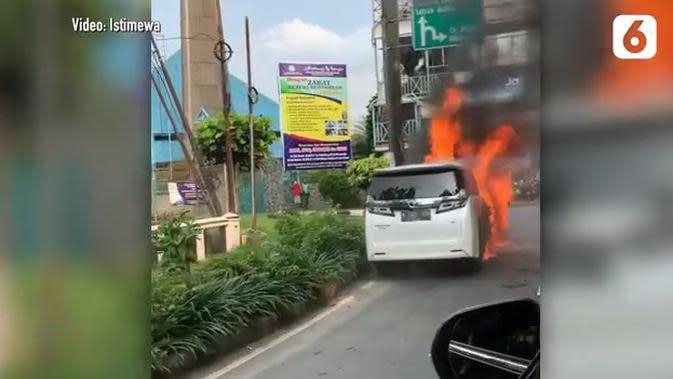 4 Tips Ini Bisa Mengurangi Risiko Mobil Tiba-Tiba Terbakar