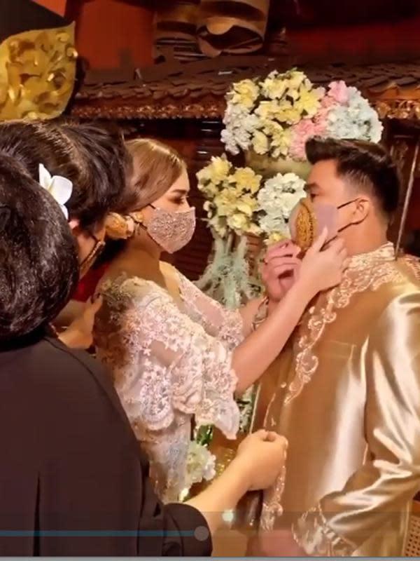 Perempuan yang karyanya menjadi langganan artis dan pejabat itu mengaku bahagia saat membuat foto kenangan baju pengantin hasil karyanya. (Instagram/anneavantieheart)