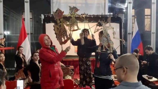 Pertunjukan wayang kulit di Moskow Rusia