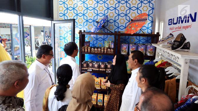 Presiden Joko Widodo, Dirut BRI Suprajarto, dan Direktur Mikro dan Kecil BRI Priyastomo, meninjau binaan Bank BRI, Rendang Uni Adek dari Buktinggi di Halal Park, Jakarta (16/4). Produk rendang yang telah diekspor ke luar negeri juga dipasarkan melalui IndonesiaMall. (Liputan6.com/Angga Yuniar)