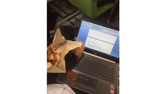 6 Momen Apes Laptop Ketumpahan Makanan Ini Bikin Nyesek (sumber: Twitter.com/upilanakkadal)