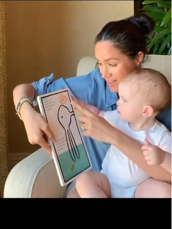 Archie Harrison dan Meghan Markle membaca buku. (dok. Instagram @savethechildrenuk/https://www.instagram.com/p/B_2A6IwBeM-/Dinny Mutiah)