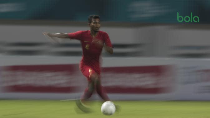 Gelandang Timnas Indonesia, Zulfiandi, menggiring bola saat melawan Hongkong pada laga persahabatan di Stadion Wibawa Mukti, Jakarta, Selasa (16/10). Kedua negara bermain imbang 1-1. (Bola.com/Vitalis Yogi Trisna)