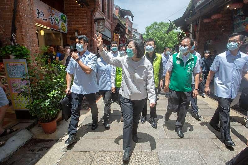 20200703-總統蔡英文(見圖)3日走訪深坑老街時,大力推廣振興三倍券政策。(取自總統府)