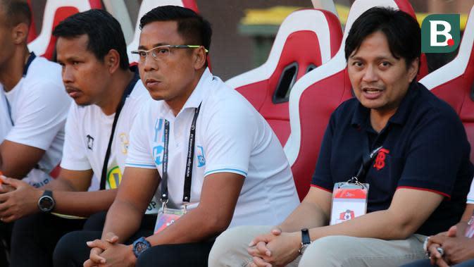 Pelatih Barito Putera, Yunan Helmi (berkacamata) dan manajer Barito Putera, Hasnuryadi Sulaiman (biru). (Bola.com/Aditya Wany)