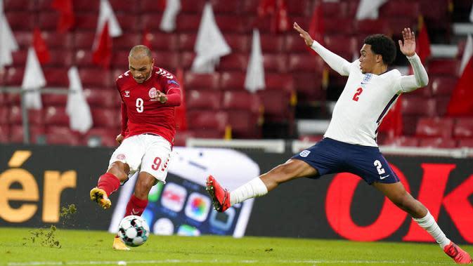 Pemain Denmark, Martin Braithwaite, melepaskan tendangan ke gawang Inggris pada laga UEFA Nations League di Stadion Parken, Rabu (9/9/2020). Kedua tim bermain imbang 0-0. (Liselotte Sabroe/Ritzau Scanpix via AP)