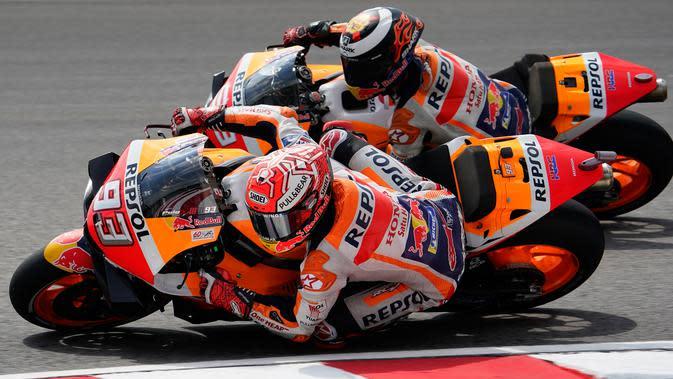 Pembalap Repsol Honda Team, Marc Marquez (depan) dan rekan setimnya Jorge Lorenzo saat latihan bebas pertama (FP1) MotoGP Malaysia di Sirkuit Sepang, Jumat (1/11/2019). Marc Marquez berada di posisi keempat pada FP1 MotoGP Malaysia. (AP Photo/Vincent Thian)