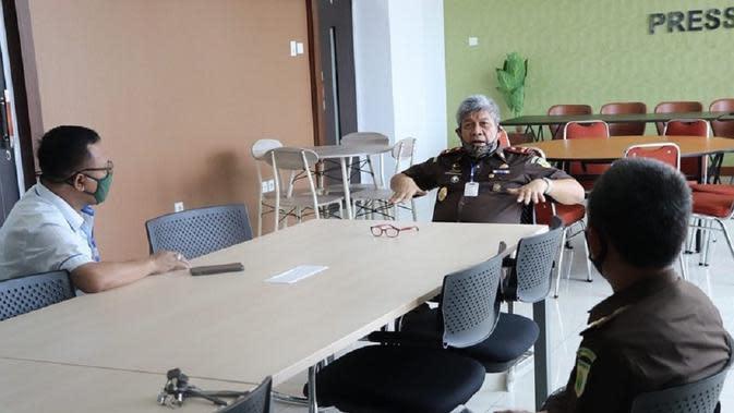 Kajati Sulsel Firdaus Dewilmar mengintruksikan dalami peran Dirut Bank Mandiri dalam kasus kredit macet yang menggunakan agunan kontrak pekerjaan proyek jaringan pipa distribusi avtur milik PT. Pertamina tersebut (Liputan6.com/ Eka Hakim)