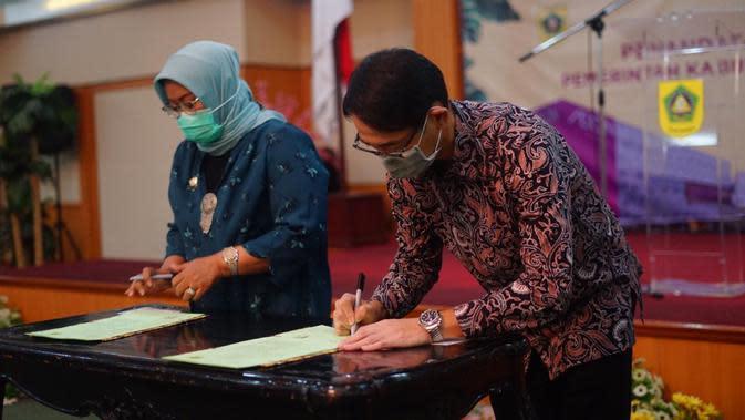 Prosesi penandatanganan kerja sama, AEON MALL Indonesia dengan Pemerintah Kabupaten Bogor, Jumat (16/10/2020). (Kiri-Kanan) Ade Yasin, Bupati Bogor dan Daisuke Isobe, President Director AEON MALL Indonesia.