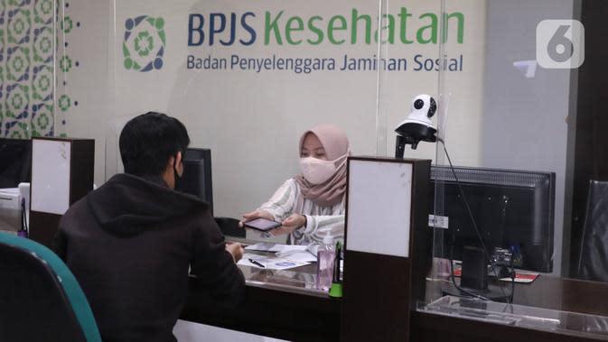 Pegawai melayani peserta BPJS Kesehatan di Kantor Cabang Kota Tangerang, Rabu (7/1/2020). Iuran BPJS Kesehatan resmi naik per hari ini untuk kelas I menjadi sebesar Rp150.000 per orang per bulan dan Rp100.000 per orang per bulan untuk kelas II. (Liputan6.com/Angga Yuniar)