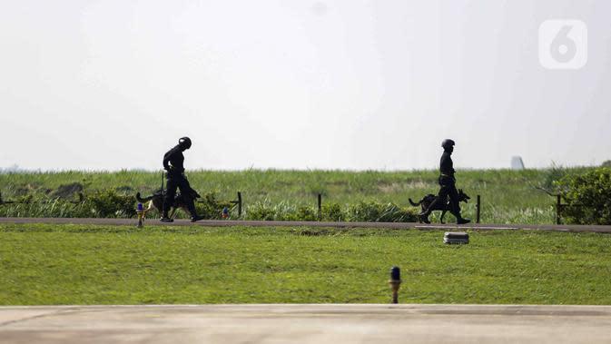 Anggota Polairud mengerahkan anjing K9 saat simulasi penangkapan atau pengungkapan transaksi narkoba saat perayaan HUT ke-69 Polairud di Mako Polairud, Pondok Cabe, Tangerang, Rabu (4/12/2019). Dalam simulasi tersebut Polairud mengerahkan helikopter hingga anjing K9. (Liputan6.com/Faizal Fanani)