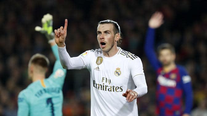 Winger Real Madrid Gareth Bale tampak kecewa setelah golnya ke gawang Barcelona dianuli dalam lanjutan Liga Spanyol di Camp Nou, Kamis (19/12/2019) dini hari WIB. Duel bertajuk El Clasico itu berakhir 0-0.(AP Photo/Joan Monfort)