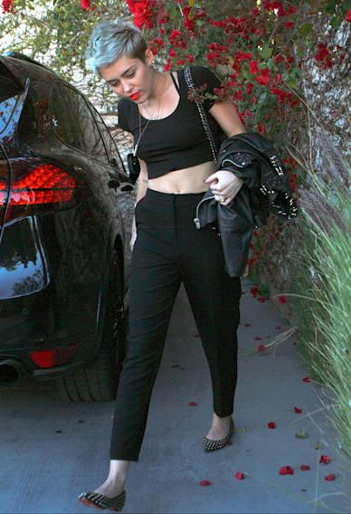Miley Cyrus spotted stiil wearing the engagement ring despite rumors about breaking off her engagement