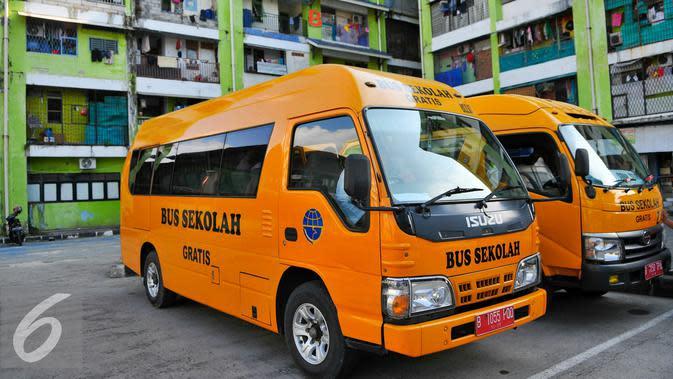 Bersiap Tangani Corona COVID-19 di DKI, PMI Semprot 50 Bus Sekolah dengan Cairan Disinfektan