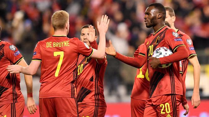 Penyerang Timnas Belgia, Christian Benteke (kanan) berselebrasi setelah mencetak gol ke gawang Siprus pada laga Grup I Kualifikasi Piala Eropa 2020 di Stade Roi Baudouin, Selasa (19/11/2019). Timnas Belgia memetik kemenangan telak dengan skor 6-1 kala menjamu Siprus. (JOHN THYS / AFP)