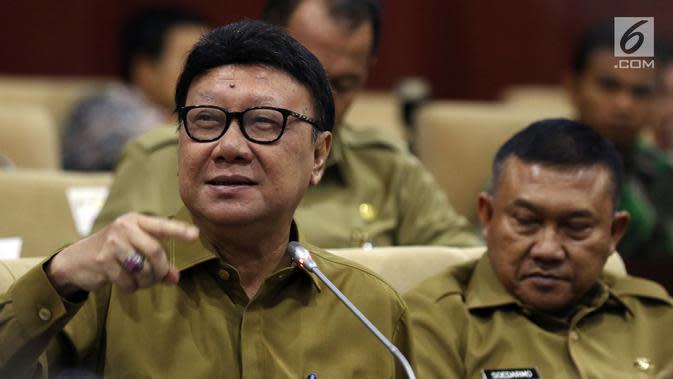 Menteri Dalam Negeri Tjahjo Kumolo saat mengikuti raker dengan Komite I DPD RI di kompleks parlemen, Senayan, Jakarta, Selasa (7/5/2019). Rapat ini dipimpin oleh Ketua Komite I DPD Benny Rhamdani. (Liputan6.com/JohanTallo)