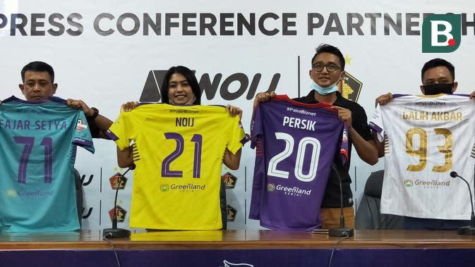 Manajemen Persik dan Noij memamerkan jersey baru yang akan dipakai pada lanjutan Liga 1 2020 mendatang. (Bola.com/Gatot Susetyo)