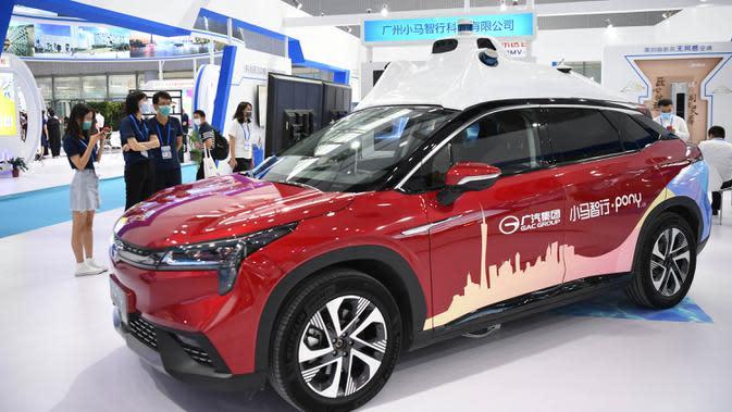 Orang-orang mengamati kendaraan otonomos dalam ajang Guangzhou Fair ke-28 di Guangzhou, Provinsi Guangdong, China selatan (28/8/2020). Ajang yang akan berlangsung selama empat hari tersebut dibuka di Guangzhou pada Jumat (28/8). (Xinhua/Deng Hua)