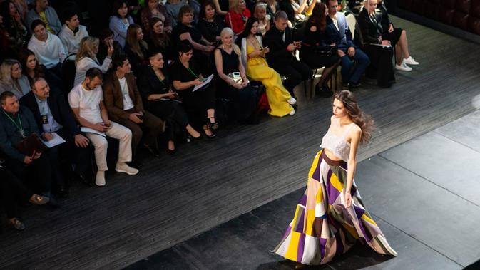Seorang model menampilkan kreasi busana dalam kompetisi perancang busana muda Couture Fashion Show di Moskow, Rusia, pada 24 September 2020. Lebih dari 30 perancang busana berpartisipasi dalam kompetisi tersebut. (Xinhua/Alexander Zemlianichenko Jr.)